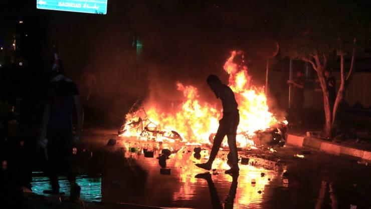 Bei Anti-Regierungs-Protesten im Irak sind erneut mindestens 17 Menschen getötet worden - auf dem Bild Ausschreitungen im zentralirakischen Kerbela.