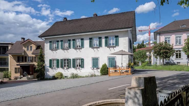 Diese beiden Liegenschaften gehören jetzt der Gemeinde: Das «Försterhaus» (links) und das ehemalige Schulhaus aus dem Jahr 1822 (Mitte).