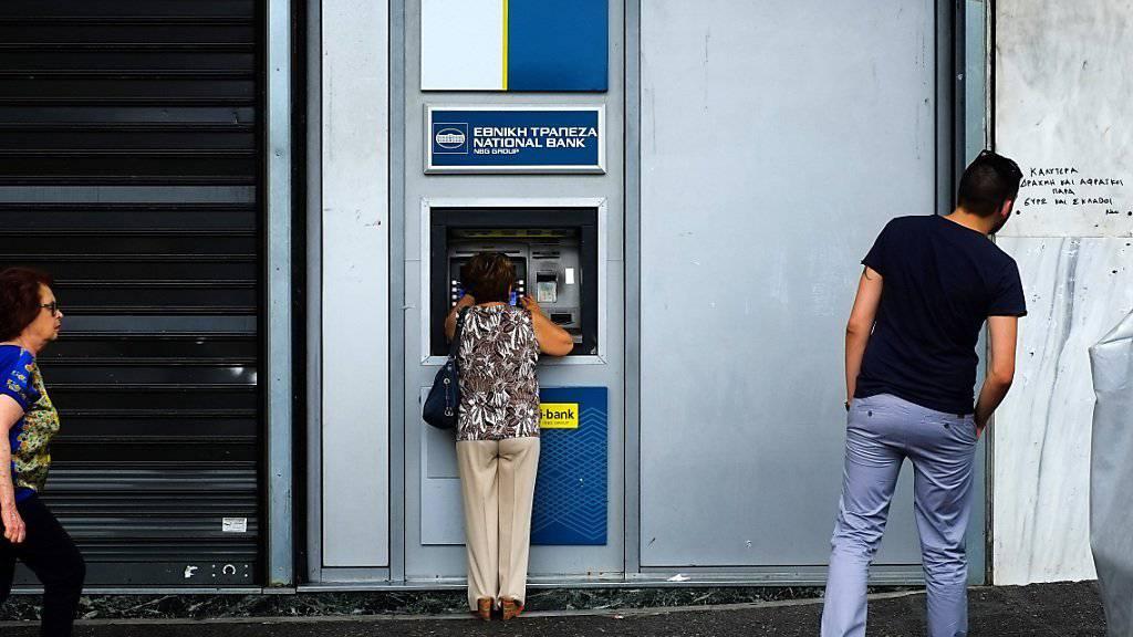 Die Griechen sollen bald wieder mehr Geld von Bankomaten abheben dürfen. (Archiv)