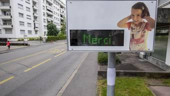 Das Radar sagt «Merci», wenn der Lärmpegel unter dem Wert von 83 Dezibel liegt. Dieses Bild stammt von einem Test in Genf.