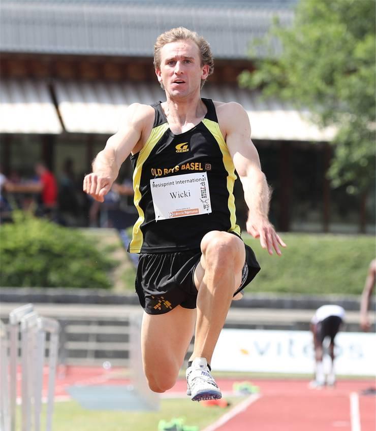 Nils Wicki krönt sich zum Dreisprung-Hallenmeister.