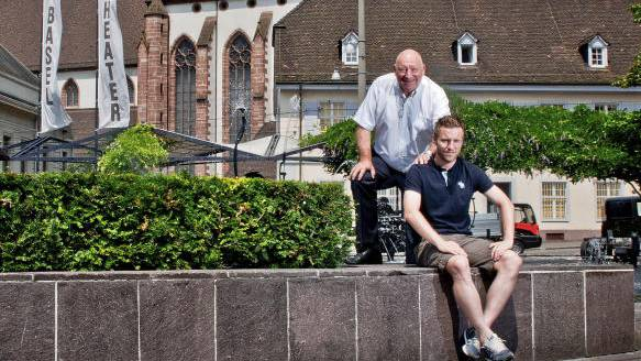 Treffen in Basel: Alain Schultz (vorne) und sein Götti, die FCB-Legende Karli Odermatt, posieren im Mai 2013 vor der Barfüsserkirche.