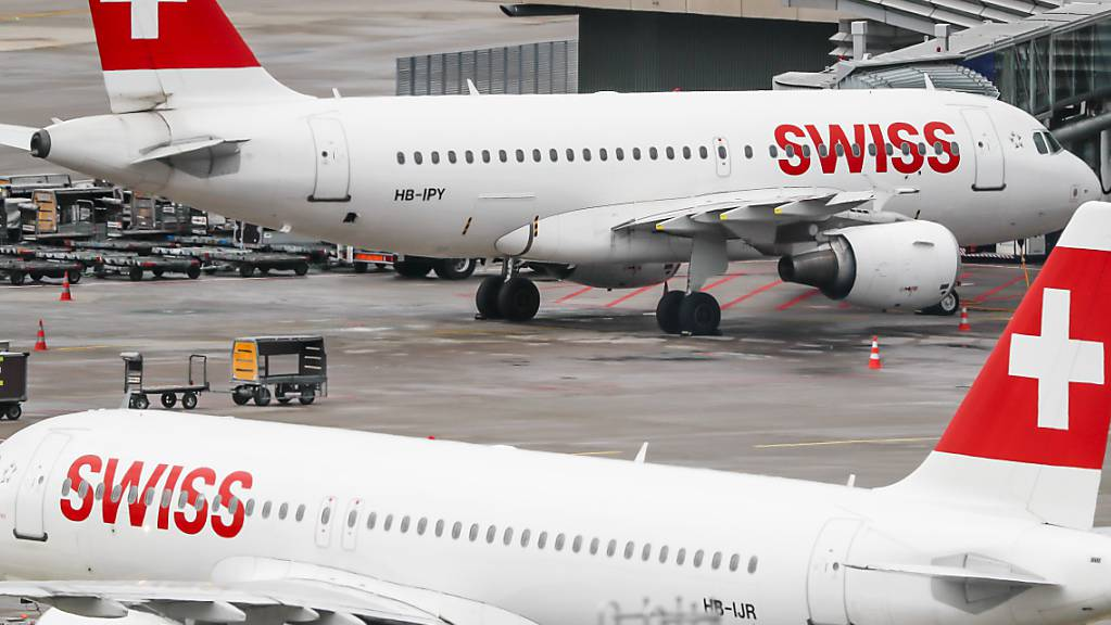 Die Fluggesellschaft Swiss dünnt ihren Flugplan wegen des Coronavirus weiter aus. (Archivbild)