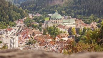Eingebettet in die Schwarzwaldhügel: Der frühklassizistische Dom von St. Blasien, von der Luisenruh aus gesehen.