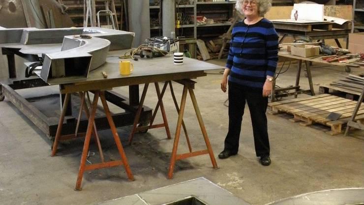 Gillian White arbeitet in ihrem Atelier in Leibstadt an der Skulptur «Hermes» – benannt nach dem griechischen Götterboten. Foto: Stadtbauamt