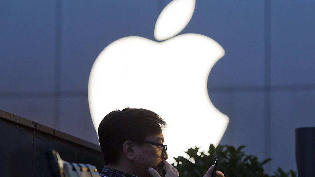 Vor einem Apple-Laden in Peking: Der Verkauf von iPhones ging bei Apple erneut zurück, dafür nahm der US-Konzern mehr ein mit seinen Services sowie den iPads. (Archivbild)