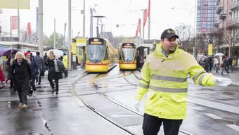 Obwohl er 130 Angestellte hat, übernimmt Firmeninhaber Ofir Kroo derzeit fast täglich Schichten im Verkehrsdienst.