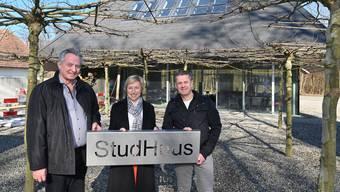 Samuel Rindisbacher, Betriebsleiterin Senada Haller und Küchenchef Christoph Moor (v.l.) präsentieren das Schild des neuen Restaurants «StudHuus».