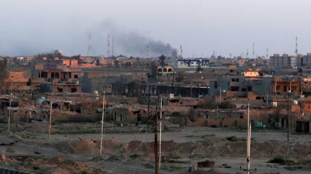 Rauch steigt über einem Quartier der umkämpften Stadt Tikrit auf