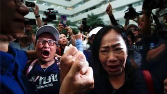 Proteste vor dem Gerichtsgebäude in Bangkok, nachdem die Auflösung der Partei Thai Raksa Chart verfügt wurde.