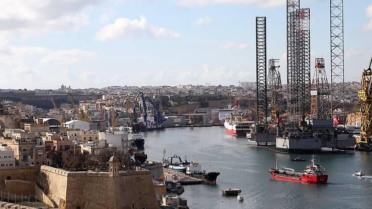 Der Frachter, der 108 Bootsflüchtlinge gerettet hat, wurde von Helikoptern und Militärschiffen in den Hafen von Maltas Hauptstadt Valletta eskortiert.