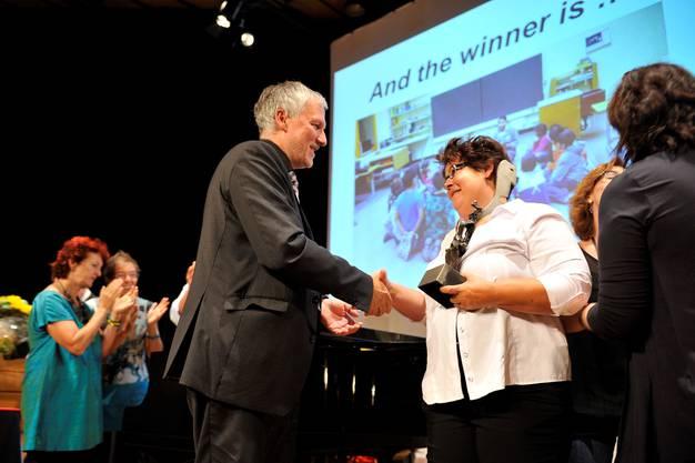 Regierungsrat Peter Gomm gratuliert Gysin Cordula vom Netzwerk Primarschule Trimbach.