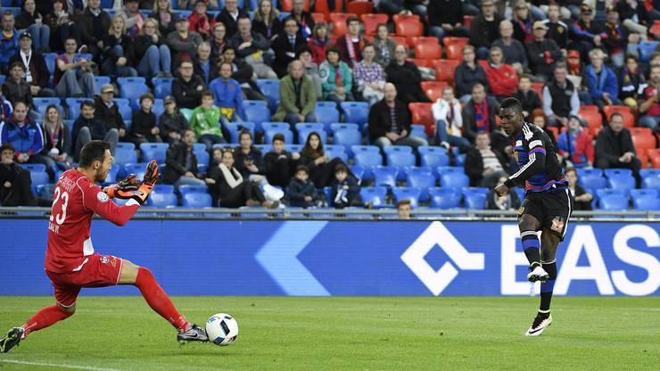 Luganos Torhüter vereitelt eine Chance des Baslers Breel Embolo.