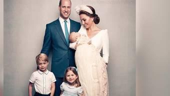 Letzte Woche wurde das dritte Kind von Herzogin Kate und Prinz William getauft. Jetzt sind die offiziellen Fotos da.