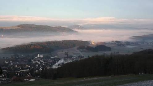 Die Gemeinde Bellikon bei Nebel in den frühen Morgenstunden.