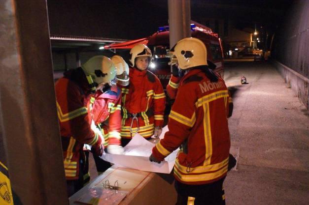Feuerwehrleute von Möhlin studieren Planunterlagen von der Saline
