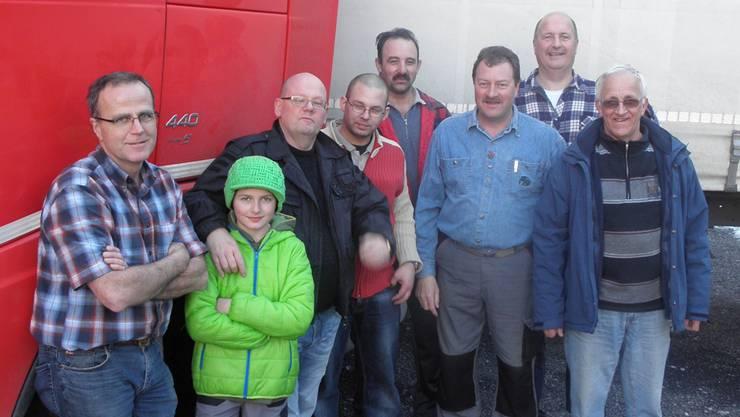 Wieder ist ein Lastwagen voller Hilfsgüter verladen. Franz Ruckli (3. von rechts) und sein Sohn Rafael (grüne Mütze) konnten dabei auf viel Unterstützung zählen.