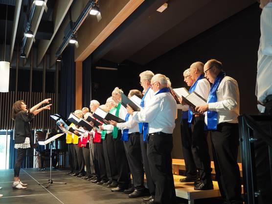 Zum Bezirkssängertag, organisiert vom Männerchor Neuenhof, kamen rund 300 Sänger aus 15 Chören in die neue Aula in Neuenhof