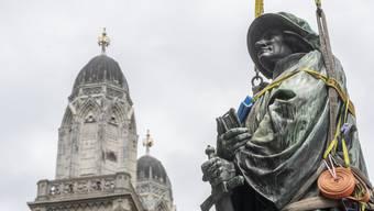 Das Denkmal des Zürcher Reformator Zwingli steht nach umfassender Restaurierung wieder auf seinem Sockel vor der Wasserkirche.