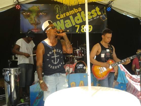 Eine brasilianische Band im Kasernenhof.