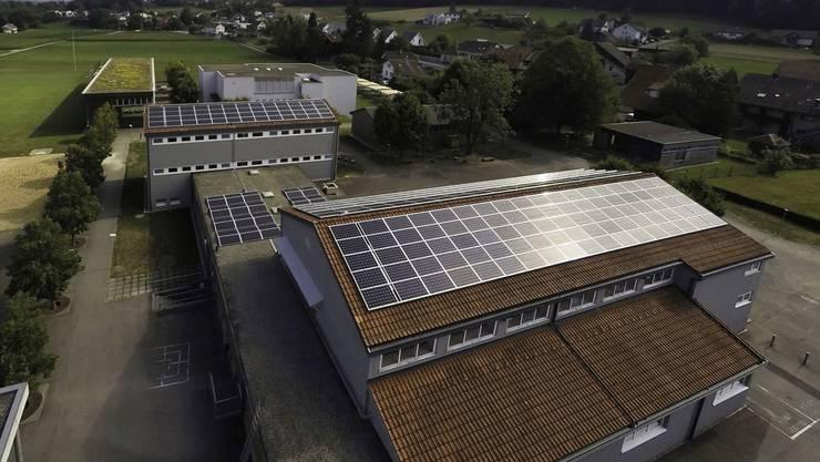 Installiert ist die Solarstrom-Anlage auf den Dächern der Mehrzweckhalle und des Primarschulhauses.