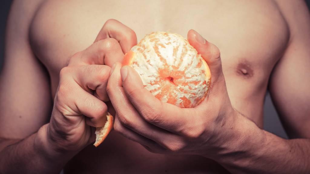 Wenn man eine Orange mit T-Shirt schält, gibt das nur Flecken. Sollte man definitiv vermeiden...
