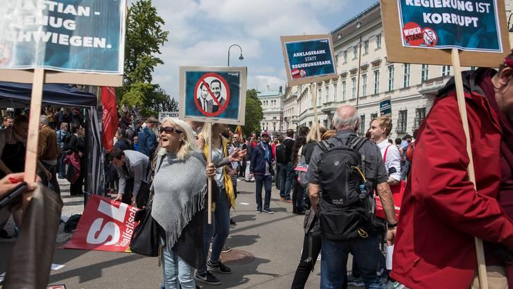 Ihr Wunsch ging in Erfüllung. Gegner der Koalition zwischen Volkspartei und Freiheitlichen am Samstag vor dem Kanzleramt in Wien.