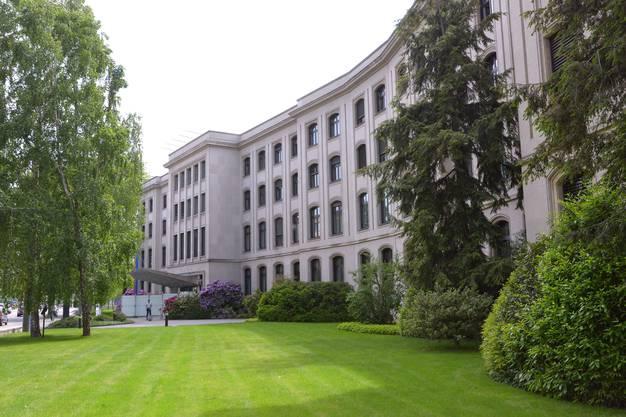 Das ehemalige Verwaltungsgebäude der Firma Ciba wurde 1905–1906 durch den bedeutenden Basler Architekten Fritz Stehlin gebaut. Der Gründungsbau bestand aus einem elf-achsigen, zweigeschossigen Gebäude mit Mansarddach in repräsentativem neubarockem Stil. Bereits 1915 wurde der Bau durch denselben Architekten um mehr als das Doppelte im selben Stil erweitert, was auf die Erfolgsgeschichte der chemischen Industrie in Basel zurückzuführen ist. Im Lauf seiner 110-jährigen Geschichte erfuhr das Gebäude mehrere Erweiterungen und Modernisierungen, die den Ursprungsbau nur noch schwer erkennen liessen, heisst es im Beschrieb zu Inventarliste. Trotzdem ist das Gebäude als Verwaltungssitz einer der grössten Basler Firmen sowohl historisch als auch städtebaulich von grosser Bedeutung.