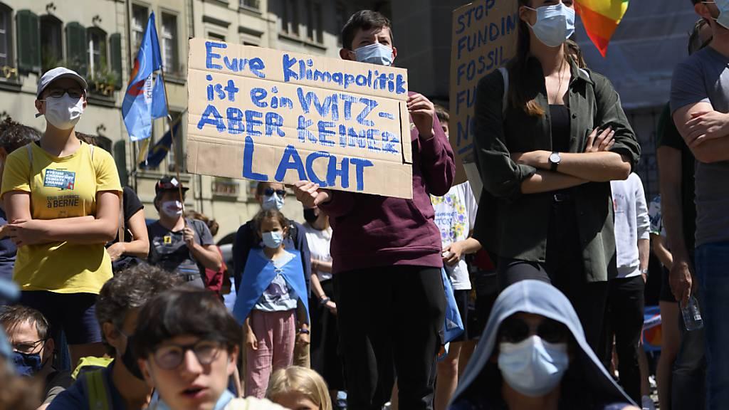 Aktivistinnen und Aktivisten protestieren gegen die Klimapolitik in der Schweiz