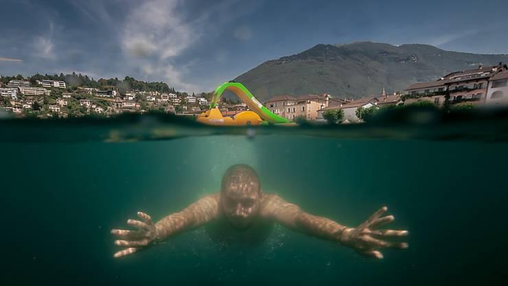 Schweizerinnen und Schweizer suchten am Wochenende die Abkühlung - wie dieser Mann am Samstag im Lago Maggiore bei Ascona.