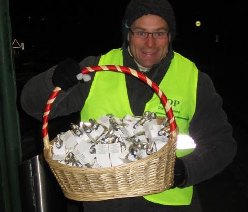 Isaak Meyer verteilte am Valentinstagsmorgen Schoggi-Osterhasen am Bahnhof Lohn-Lüterkofen