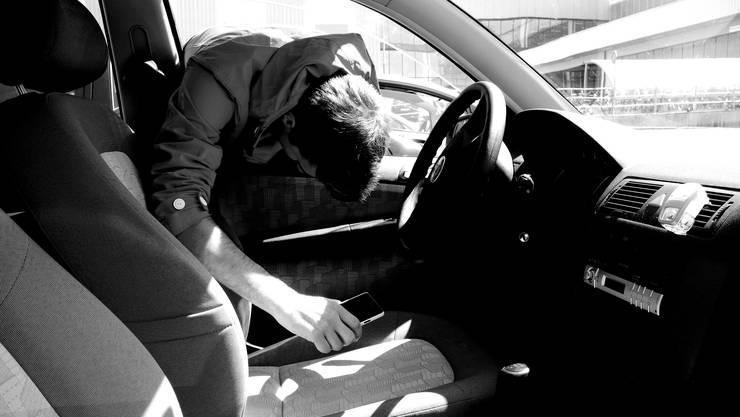 Unbekannte Täter klauten das Geld das bei einer Spendenaktion zusammenkam aus einem geparkten Auto. (Symbolbild)