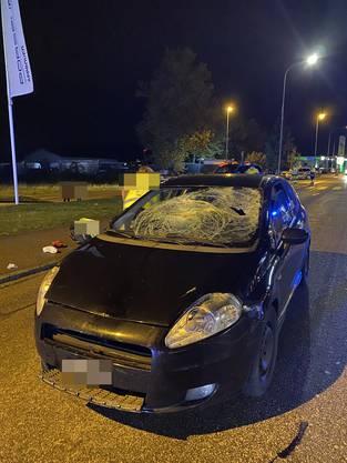 Ein Automobilist erfasste zwei Fussgänger frontal.