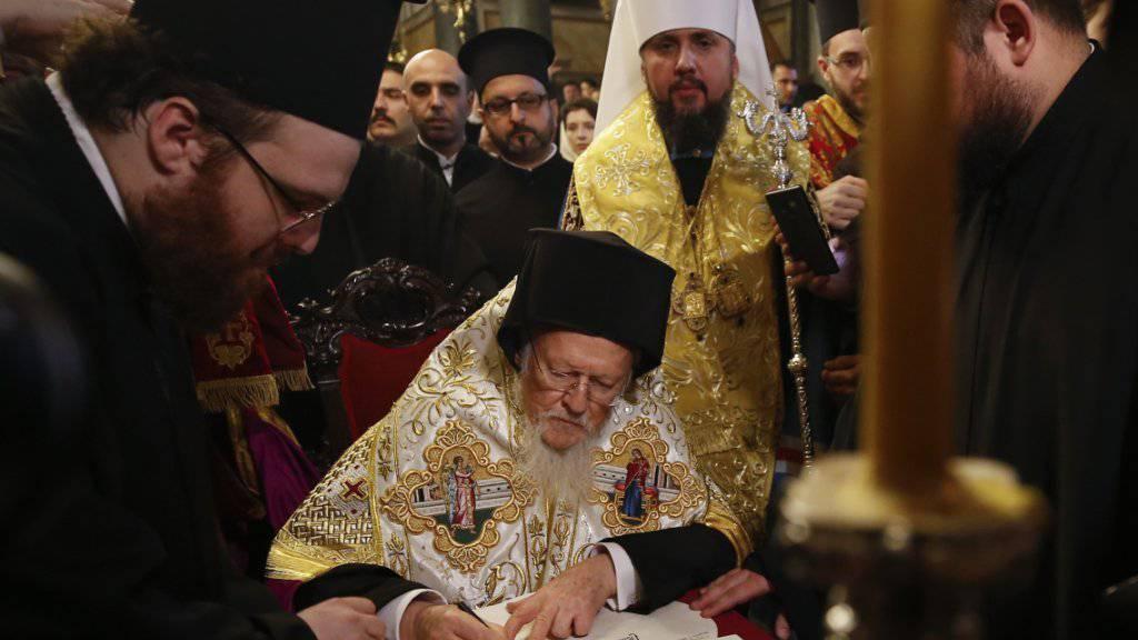 Die oberste Autorität der Orthodoxie, der Patriarch Bartholomaios von Konstantinopel mit Sitz in Istanbul, unterschrieb am Samstag einen Erlass, welcher die orthodoxe Nationalkirche in der Ukraine formell für unabhängig erklärt.