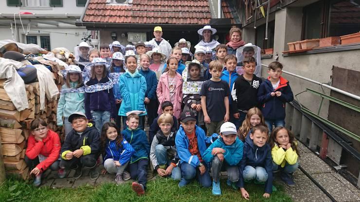 Die 2.-4. Klasse in der Gäuer-Imkerei von Familie Berger