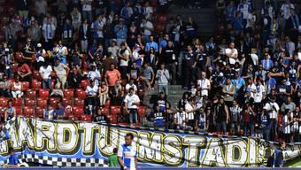 GC-Fans entfernen das Hardturm-Transparent während dem Match gegen den FC Thun am Sonntagnachmittag.