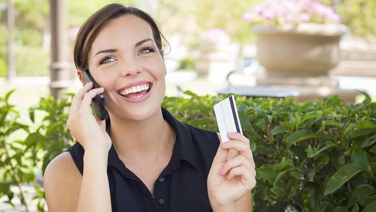 Wer eine Kreditkarte besitzt, kann von einigen Vorteilen profitieren.