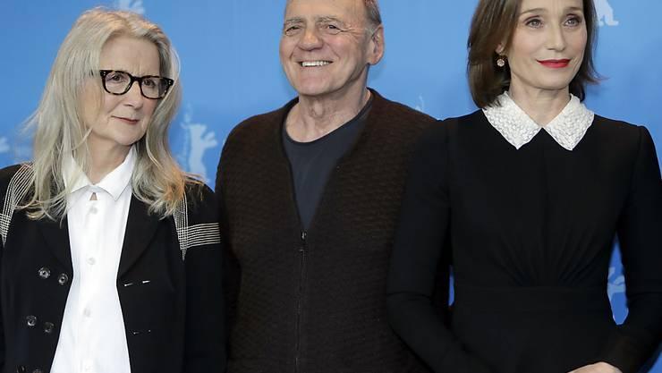 """Bruno Ganz - hier mit Regisseurin Sally Potter (l) und Co-Star Kristin Scott Thomas (r) aus """"The Party"""" - ist Teil eines recht grossen Schweizer Aufgebots auf der Berlinale. Er spielt in zwei Filmen mit. Ausserdem wurde bekannt, dass ihn Lars von Trier für sein nächstes Projekt verpflichtet hat."""