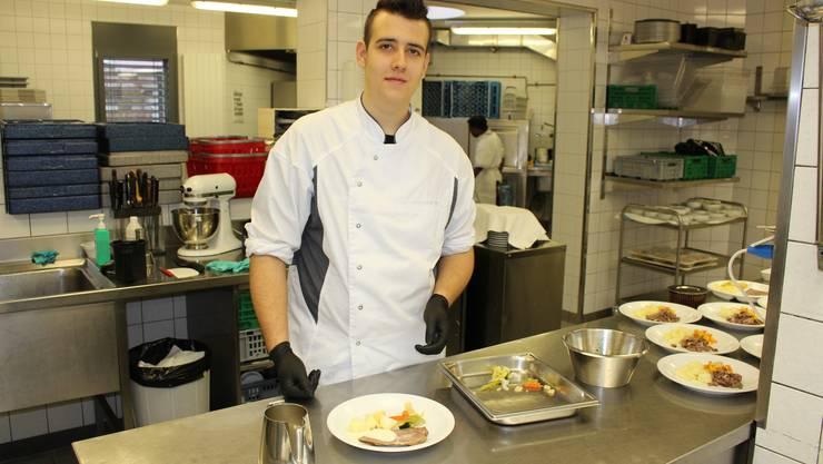 Salomone Gianpaolo bei der Arbeit in der Küche des Alterszentrums «Bruggbach» in Frick.