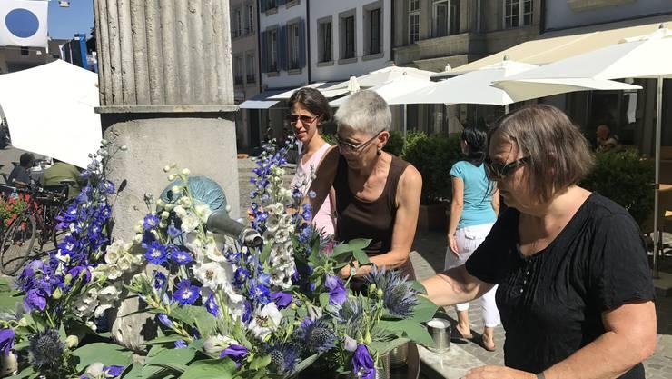 Ehemalige Lehrerinnen schmücken den Rathausbrunnen