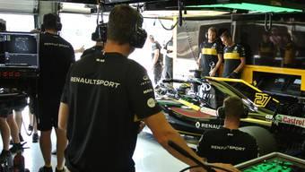 Nico Hülkenberg im Wagen von Renault, kurz bevor er die Garage für Testrunden verlässt.