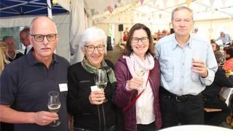 Der Vorstand des Weinbauvereins Auenstein, Christian Egli, Regula Mauli, Bettina Talamona und Präsident Hanspeter Brugger (v.l.), stösst mit Auensteiner Wein an. Bild: wpo