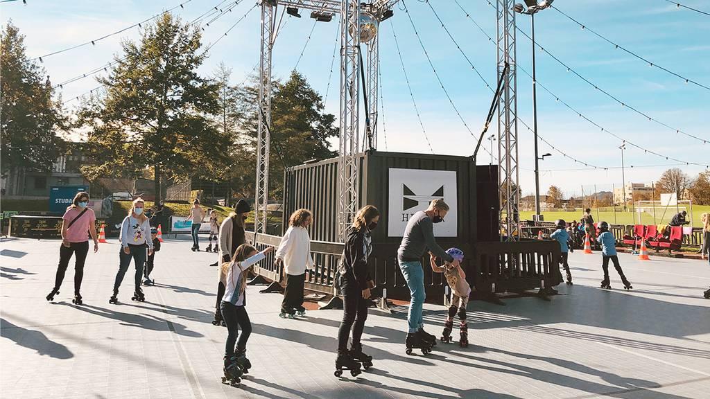 80er Pop und Vintage-Rollschuhe: Die Rollschuhdisco fühlt sich ein wenig wie eine Zeitreise an.