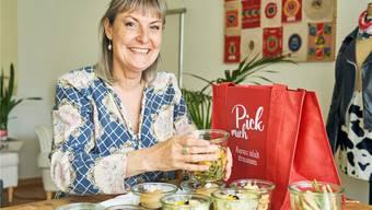 Brigitte Herdes Picknick ist vegan und vollständig abfallfrei. Gläser, Besteck und Stoffservietten werden nach dem Schmaus ungewaschen samt Tasche oder Korb retourniert.