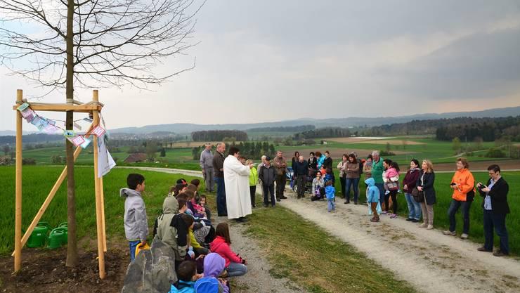 Pastoralassistentin Ursula Kloth segnet die WWF-Winterlinde in Boswil ein. ES