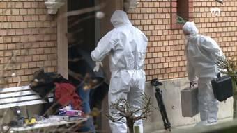 Das Haus, in dem die Grossmutter mit einem spitzen Gegenstand getötet wurde – die Spurensicherung bei der Arbeit.