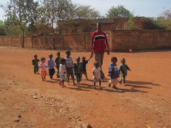 Die Kinder des Waisenhauses gehen spazieren