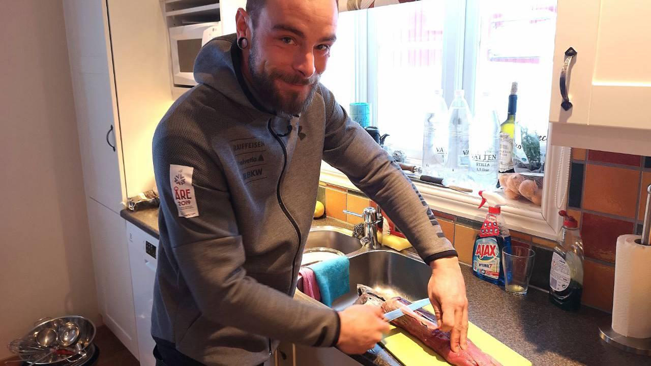 Das ist der Koch der Schweizer Cracks. Er heisst Seraphin Herrmann (31) und kommt aus Obersaxen (GR). (© Jonathan Schoeffel)