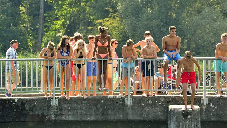 Sportliche Jugend beim Schönenwerder Wehr: Warten auf den Sprung von der Brücke in den Kanal