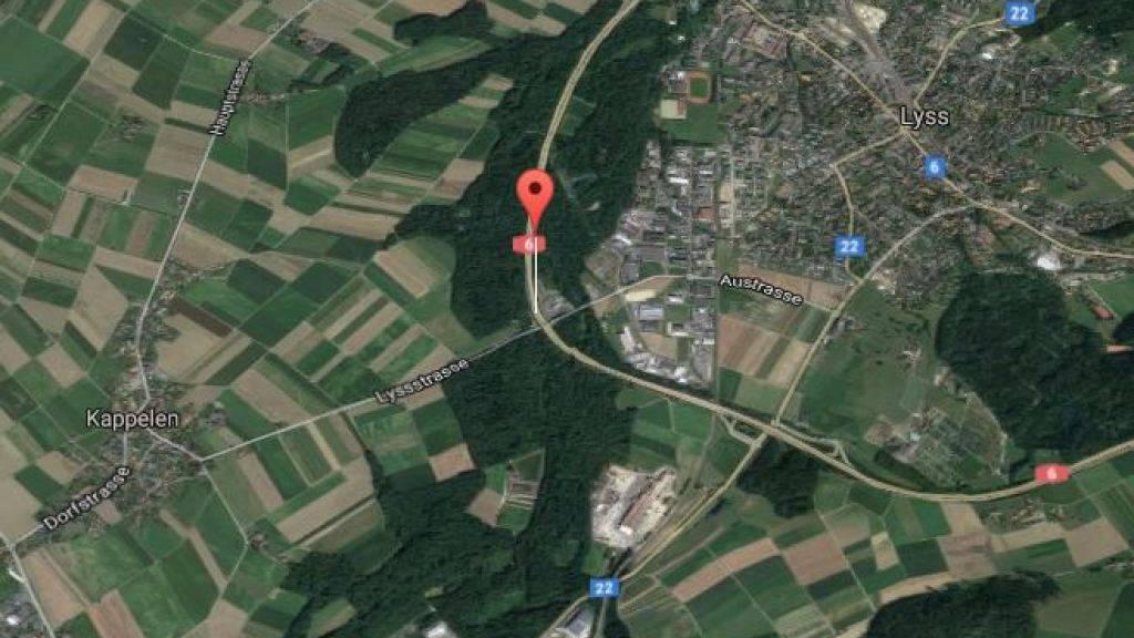 Autobahn A6 bei Kappelen: Hier kam ein mit vier Personen besetztes Auto von der Strasse ab und fing Feuer. Der Lenker ist in kritischem Zustand.
